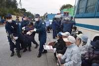 辺野古新基地:反対の市民ら60人、機動隊が排除 工事車両103台搬入