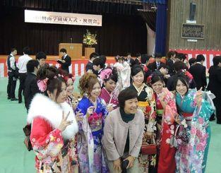 久々に再会した友人らと写真を撮る成人式の参加者たち=那覇市の興南高校