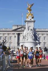 男子50キロ競歩 バッキンガム宮殿を背に競り合う荒井広宙(手前左)=ロンドン(共同)