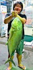 与那原海岸で91センチ、8.3キロのオニヒラアジを釣った高橋佑輔さん=10月24日