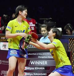 女子ダブルスで初優勝し、大喜びの木原(左)、長崎組=鄭州(共同)