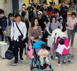GWに入り沖縄を訪れる観光客らで混雑する那覇空港=27日午前
