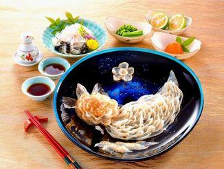 琉球ガラスの皿に亀のようにフグ刺しを盛りつけた「亀盛」