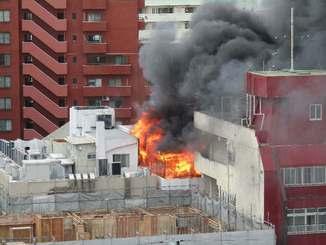 那覇市の中心部で発生した火災。激しく燃え上がっていた=15日午後6時12分、那覇市久茂地(読者提供)