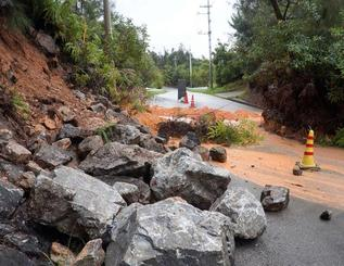 大雨の影響で土砂崩れが起き、通行止めとなった農道=20日午前7時40分ごろ、東村・県営慶佐次基幹農道(山城定雄さん提供)