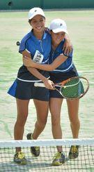 女子ダブルスの優勝を決め、抱き合って喜ぶ沖尚の西里夏子(左)・リュー理沙マリー組=8日、大阪府・マリンテニスパーク・北村
