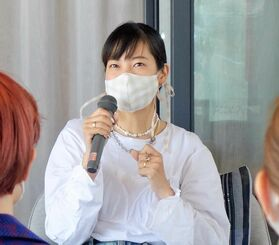 参加者を前に、自身のキャリアを語るスタイリストの知念美加子さん=18日、那覇市・ホテルストレータ那覇