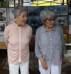 大田実司令官の四女昭子さん(右)と八女八千代さん=14日午前、キャンプ・シュワブゲート前