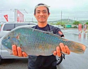 泡瀬一文字で1.7キロのマクブを釣った渡慶次雅人さん=10日