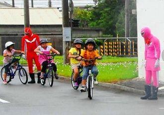 自転車の交通ルールを学ぶ美原小の3年生=うるま市・あげな自動車学校