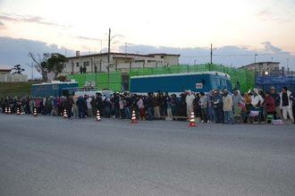 工事車両ゲートの前で抗議をする市民ら=11日午前7時、名護市辺野古・米軍キャンプ・シュワブ
