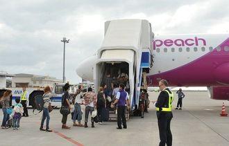 機体に乗り込むLCC利用者=2012年10月、那覇空港・LCC専用ターミナル駐機場
