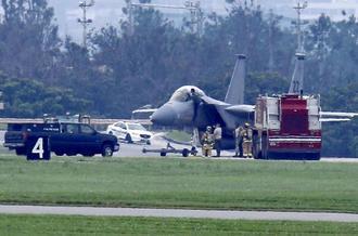 米軍嘉手納基地に緊急着陸する同基地所属のF15戦闘機=1日午前9時40分ごろ(読者提供)