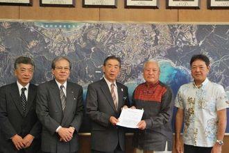 志喜屋文康恩納村長(中央)に、耐震診断の補助を要請した県ホテル旅館生活衛生同業組合の宮里一郎理事長(左から4人目)ら