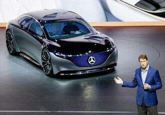 2019年9月、メルセデス・ベンツの電気自動車を紹介するダイムラーのケレニウス社長=ドイツ・フランクフルト(AP=共同)