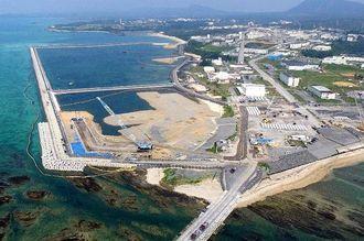 (資料写真)護岸で囲まれた区域への土砂投入が続く名護市辺野古の沿岸部(小型無人機で撮影)
