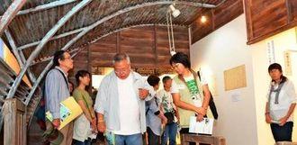 コンセット病棟の展示を見学する戦跡・基地ツアー参加者=名護市・沖縄愛楽園交流会館