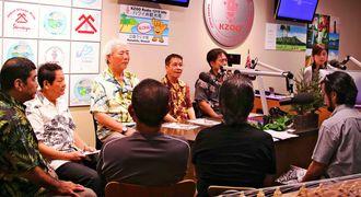 ハワイのラジオ放送で第1回沖縄空手国際大会をアピールするキャラバンのメンバー=11月26日