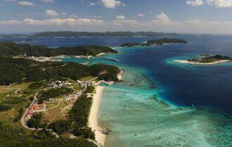 (資料写真)慶良間諸島海域、手前は座間味島