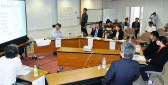 保護者や学校現場、学生らが部活動の経済的負担などについて意見交換した会合=西原町の琉球大学研究者交流施設・50周年記念館