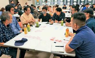 首里城再建に向けた支援策など議論する参加者=3日、那覇市・JAおきなわ首里城下町支店ホール