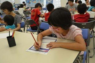 ユニークな発想でオリジナルの深海生物を描く子どもたち=23日、沖縄県立博物館・美術館