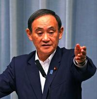 翁長知事に哀悼の意 首相「貢献に敬意」 菅氏は新基地の継続強調