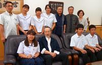 津嘉山正種さん、沖縄の母校へ 7月公演「人類館」に後輩招く
