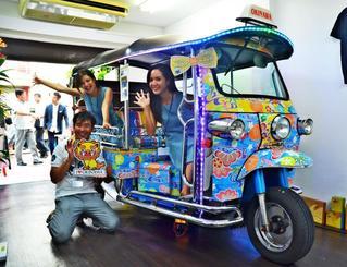 オリジナルのびんがた模様で飾ったトゥクトゥク=29日、那覇市安里の「トゥクトゥク・ステーション 那覇国際通り店」付近
