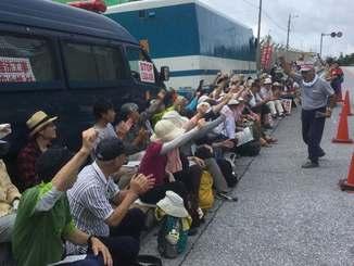 新基地建設反対を訴え、団結する市民=18日、名護市辺野古