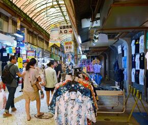 にぎわいを取り戻しつつある市場中央通り=13日、那覇市・旧第一牧志公設市場付近