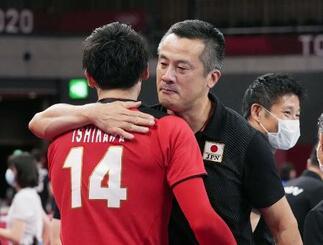 8月、東京五輪のイラン戦に勝利し石川(14)と抱き合う中垣内監督=有明アリーナ