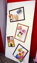 拾ったごみで作られたアート作品=24日、沖縄市上地