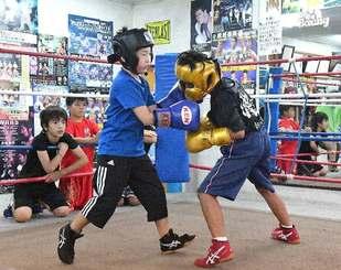 練習に汗を流すキッズボクサーたち=宜野湾市愛知・琉球ボクシングジム