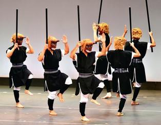 鬼の面をかぶり、力強い踊りを披露した西江上区の「ペンシマ」=21日、那覇市久茂地・タイムスホール(渡辺奈々撮影)