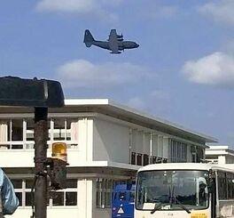 大宜味小中学校近くで低空飛行する米軍機とみられる大型機(宮城良治議員撮影)=16日午前9時40分ごろ、大宜味小中学校