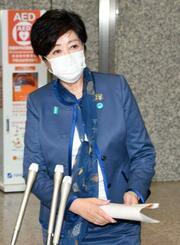 菅首相と会談後、取材に応じる東京都の小池百合子知事=19日午後、都庁