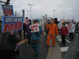 新基地建設反対を訴え、デモ行進する市民ら=15日午前7時ごろ、名護市辺野古