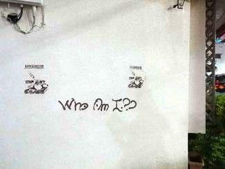 那覇高校前のかめしまパン二中前店の壁に書かれた落書き=4月26日、那覇市泉崎