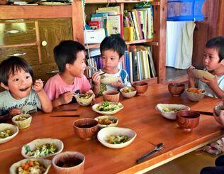 栄養士手作りの給食を楽しむ子どもたち。無農薬や近隣の農家で収穫した野菜がふんだんに使われている=11日、読谷村長浜のそらいろえん