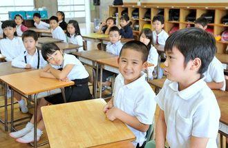 新しいクラスになり、緊張しながら自己紹介をする子どもたち=7日午前、那覇市古波蔵・那覇市立古蔵小学校