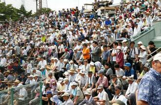 大船渡と遠野緑峰の試合が行われ、大勢の観客が詰め掛けた岩手県花巻市の花巻球場=16日