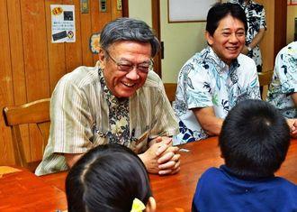 入所児童と談笑する翁長雄志知事(左)=27日午後、南城市・児童養護施設「島添の丘」