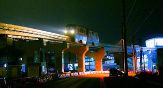 浦添前田駅からてだこ浦西駅の区間を試験走行するモノレール=2日午前3時ごろ、浦添市前田(浦添市提供)