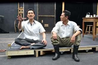 阿波根昌鴻さんと瀬長亀次郎さんの生きざまを描いた「命どぅ宝」の稽古に励む劇団文化座の俳優ら=20日、東京・北区の劇団文化座