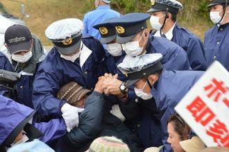 警察に強制排除される住民ら=6日午前9時半ごろ、キャンプ・シュワブゲート前