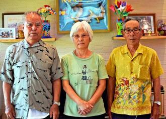 当時の生徒たちにお礼が言いたいと語る(左から)伊波盛吉さん、妻の亜希子さん、友人の宮城勲さん=宜野湾市嘉数