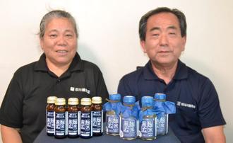 石川種麹店が開発した黒麹玄米ドリンクを紹介する渡嘉敷みどり代表(左)と渡嘉敷正司副代表=北谷町の同店