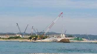 辺野古崎に近い「N3」護岸では、フロートの設置作業が進んでいる=19日、名護市辺野古の海上
