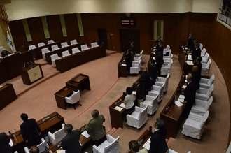 うるま市伊計島に米軍ヘリが不時着したことに対し、全会一致で抗議決議を可決したうるま市議会=11日午前、うるま市議会